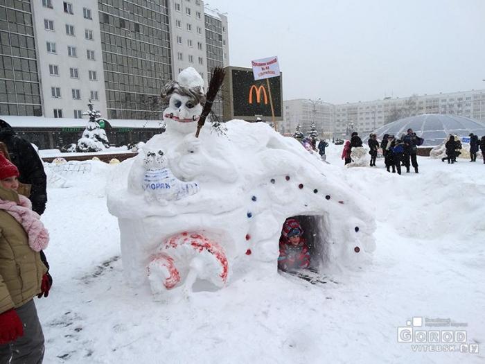 Снежные фигуры на площади Победы