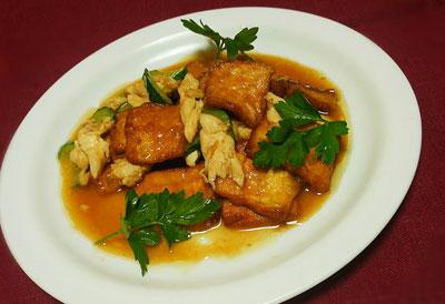 Тофу-обжаренный-во-фритюре-с-куриным-филе-и-огурцами