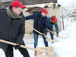 Волонтеры помогают убрать снег по звонку на «горячую линию»