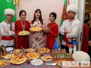 Студенты на празднике Навруз в Витебске