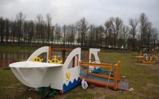 На острове посреди Витьбы в Витебске (где раньше был пляж) ставят парк аттракционов.