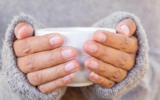 Врач объяснил, на что указывают холодные руки